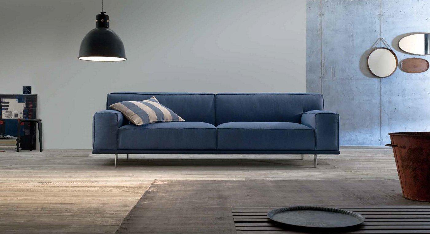 Divano in tessuto azzurro arredamento moderno
