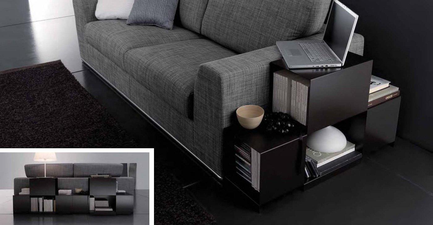 Divano due posti grigio con libreria arredamento moderno for Arredamento divani