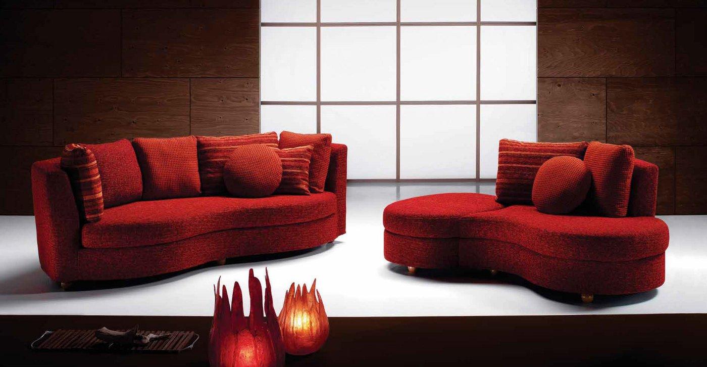 Divano rosso con penisola arredamento moderno for Divano bordeaux