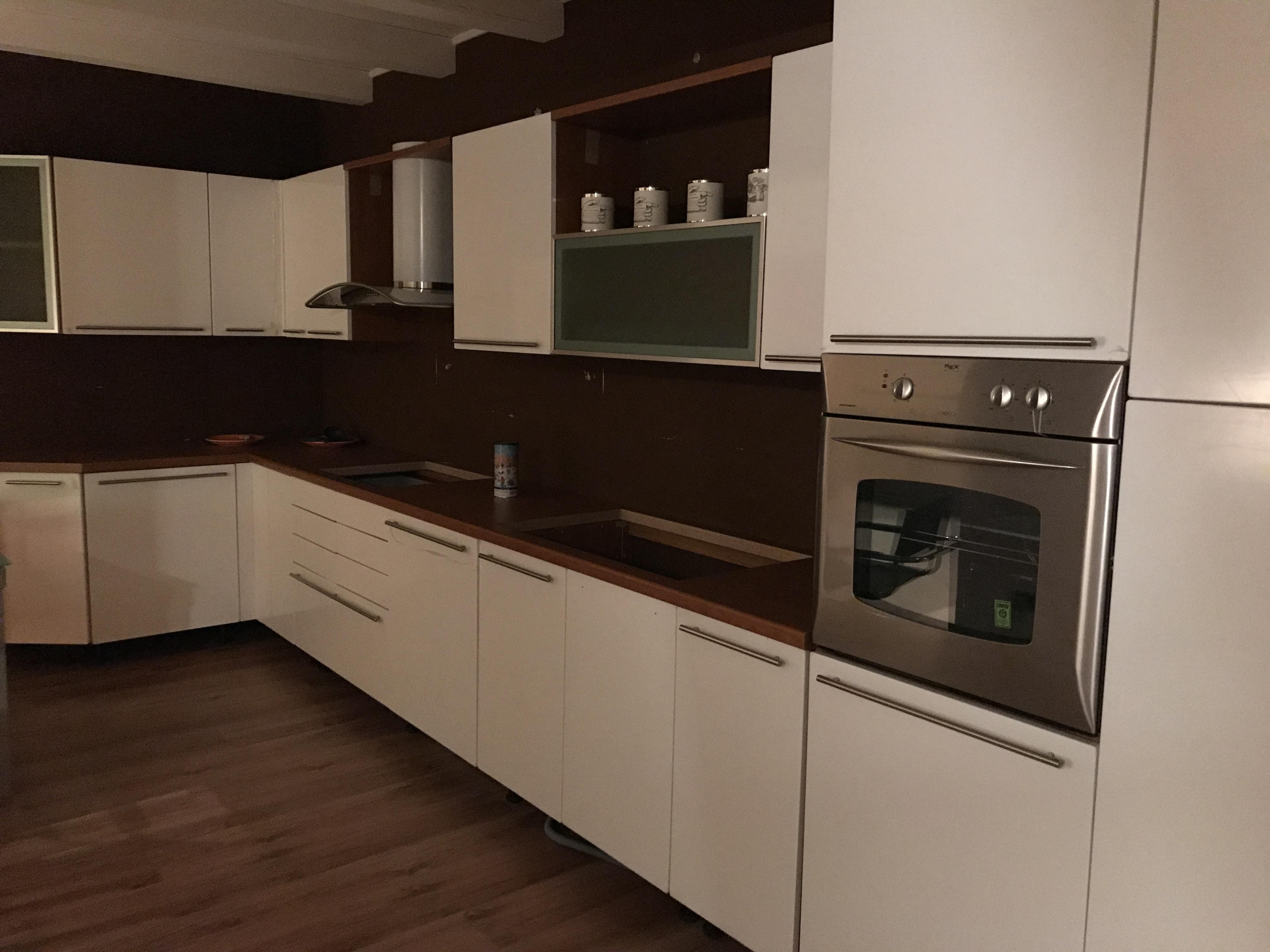 Cucina bianca e ciliegio